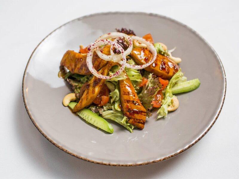 Теплый салат с курицей в остром карамельном соусе