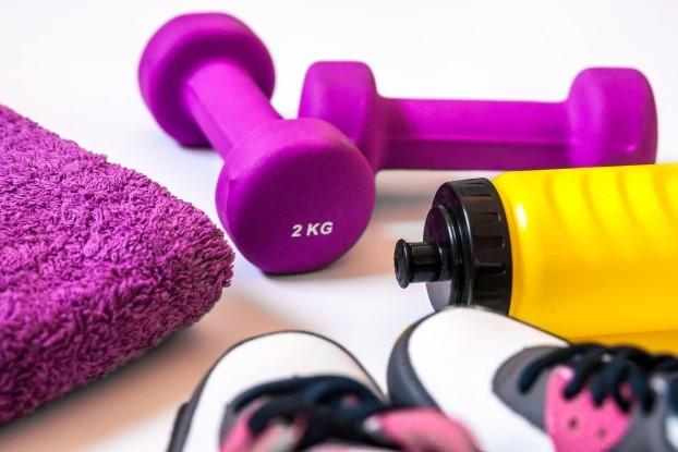 vista-de-cima-de-tenis-sobre-fundo-branco-vestuario-fisico-e-equipamentos-moda-esportiva-acessorios-esportivos-equipamento-esportivo-copia-de-conceito-saudavel-espaco-conceito-estilo-de-vida-saudavel-es